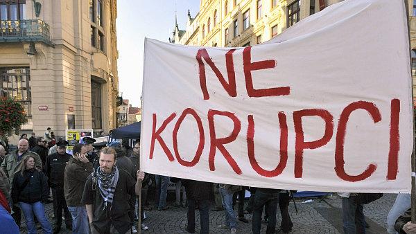 Protestuje se v Praze na n�m�st� Republiky. Nen� velk�m p�ekvapen�m, �e mnoha protestuj�c�m le�� v �aludku zejm�na korupce �esk�ch politick�ch elit.