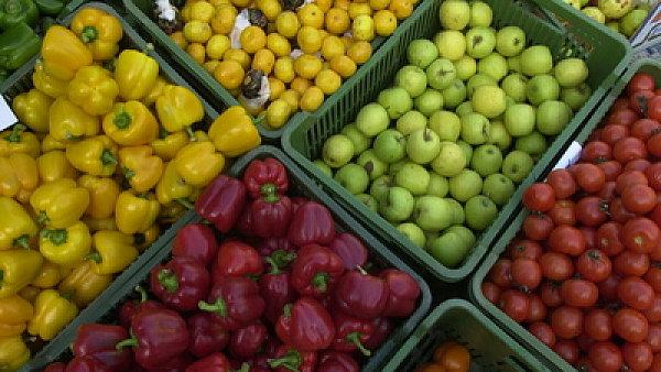 Potraviny cestují tisíce kilometrů za hranice, aby se vrátily zpátky do Česka.
