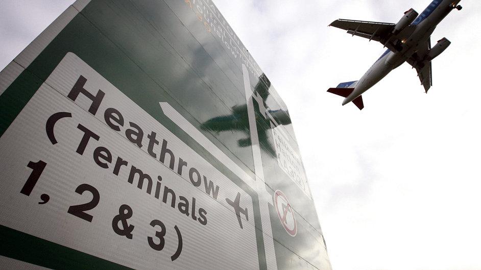 Británie zavádí na letištích přísnější kontroly.