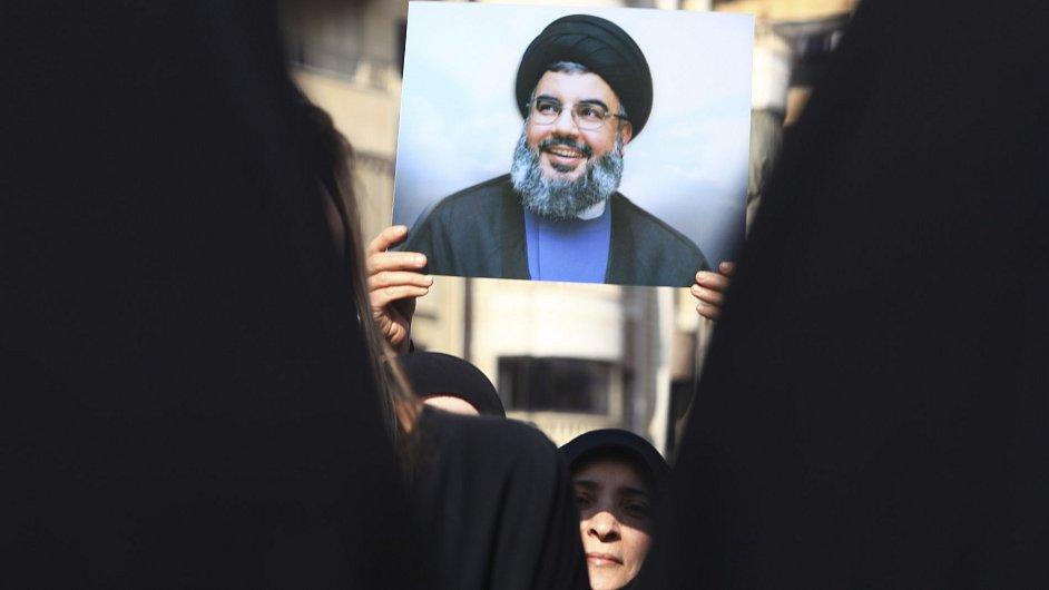 Stoupenci Hizballáhu drží portrét svého vůdce Hasana Nasralláha