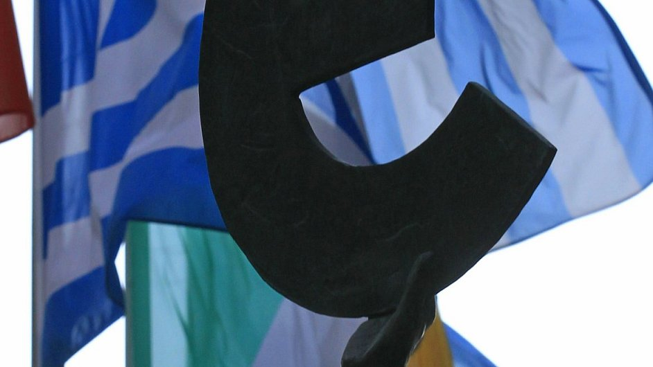 Řecká vlajka v pozadí znaku společné měny euro.