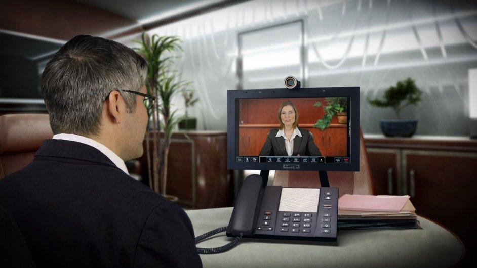 Multimediální stolní telefon zvyšuje produktivitu díky lepší týmové spolupráci nabídkou videokonference mezi více stranami