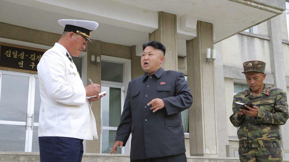 Kim Čong-un uděluje rady. Kdo má tužku a papír, pilně píše