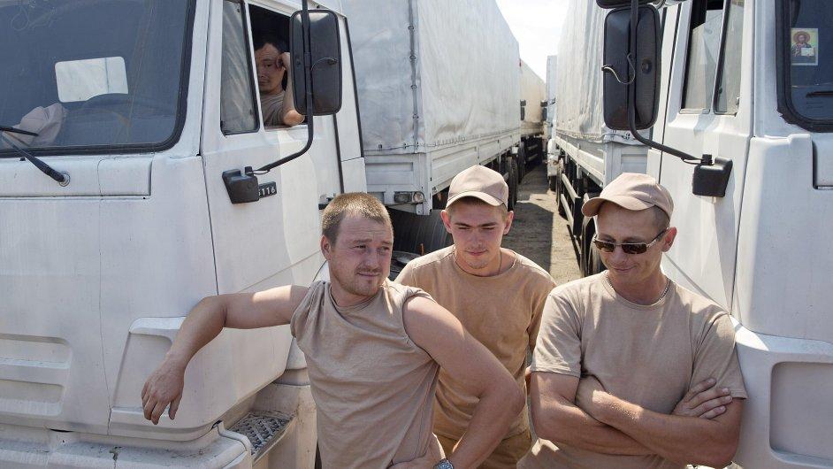 Řidiči ruských kamionů stále čekají na povolení, aby mohli vjet na východ Ukrajiny.