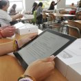 Studenti gymn�zia v Klatovech dostali tablety.