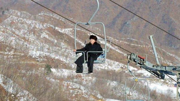 Kim Čong-un rád lyžuje. K tomu, aby si lyžování skutečně užil, ovšem potřeboval nejen jízdu dolů, ale i nahoru. Sehnat lanovku byl ale pro KLDR problém.