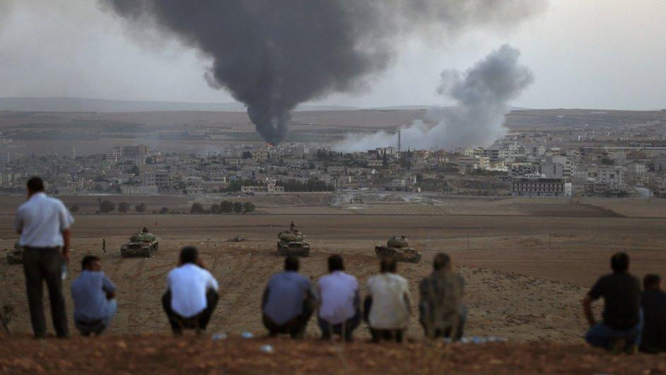 Turečtí Kurdové u hraničního přechodu sledují boje o město Kobani.