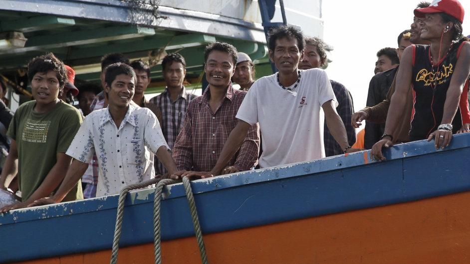 Barmští muži na cestě za svobodou. Indonéské úřady je osvobodily z otroctví.