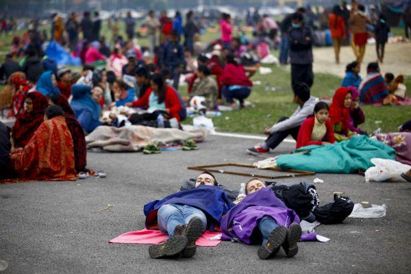 Lidé v Nepálu strávili noc na neděli raději venku, báli se dalších otřsů.