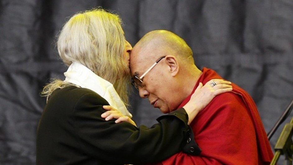 Patti Smithová a dalajlama na festivalu v Glastonbury.