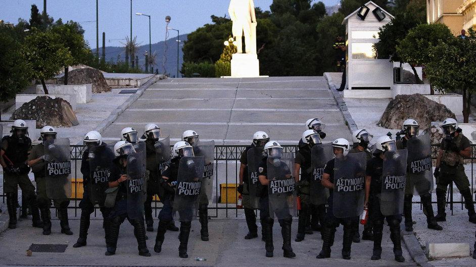 Noční protesty vAténách namířené proti dohodě řecké vlády svěřiteli byly nejnásilnější zaposlední dva roky.