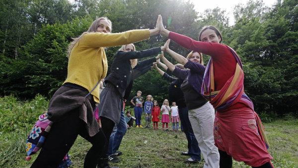 Řevnická lesní školka ZeMě funguje už šest let. Děti tráví téměř veškerý čas venku. Program sestavují rodiče, mnoha aktivit s dětmi se sami účastní.