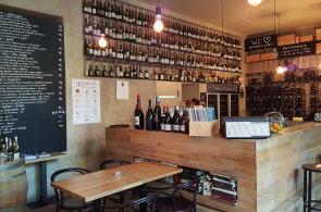 Vinný bar Red Pif sází na přírodní vína a kreativní úpravy jídel. Připravuje třeba foie gras po japonsku