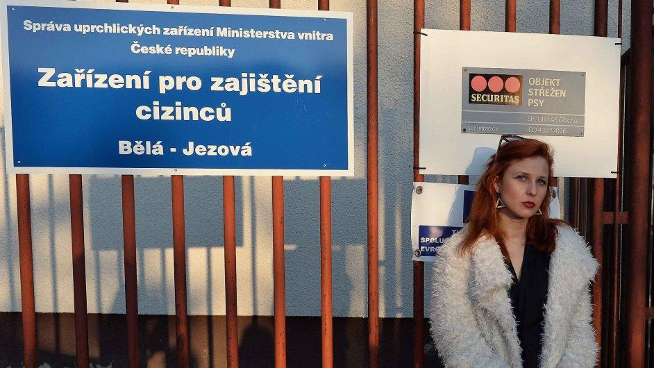 Členka ruské punkrockové skupiny Pussy Riot při návštěvě detenčního zařízení v Bělé pod Bezdězem