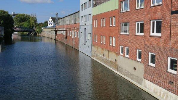 Hammerbrook v Hamburku dolsova plave ve vodě.