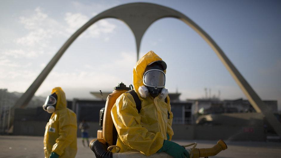 Provádění postřiku proti komárům přenášejícím virus zika v Brazílii