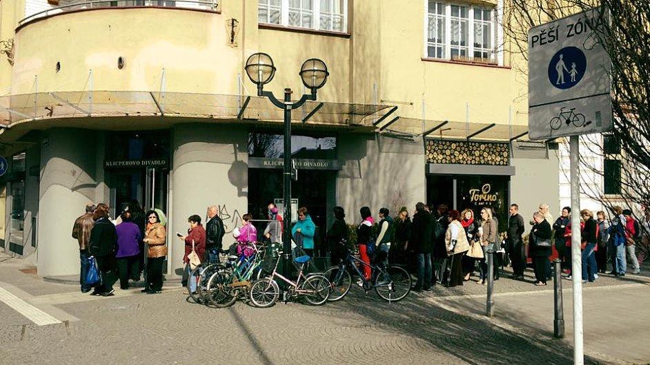 Na snímku fronty při zahájení předprodeje vstupenek do Klicperova divadla letos v dubnu.