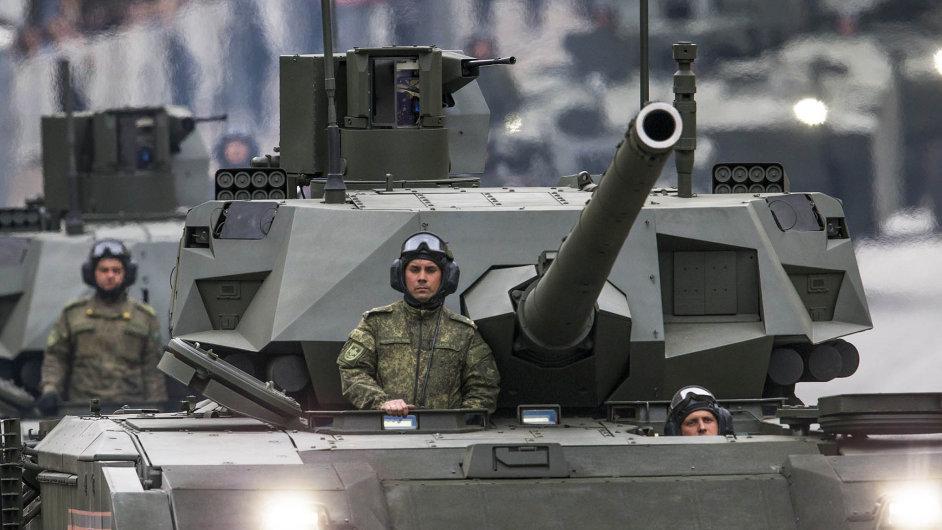 Ruské tanky T-14 Armata při jízdě během vojenské přehlídky v Moskvě.