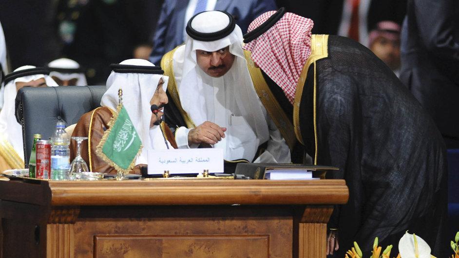 Zadlužené království: Podle některých investorů budou saúdské dluhopisy jistější než katarské či mexické. Na snímku vlevo Salmán bin Abd al-Azíz, král Saúdské Arábie.