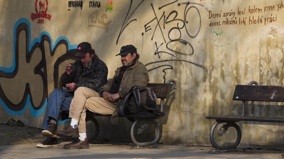 Bezdomovci, kteří se naulici dostali vdevadesátých letech, přichází dověku, kdy se potýkají s chorobami.