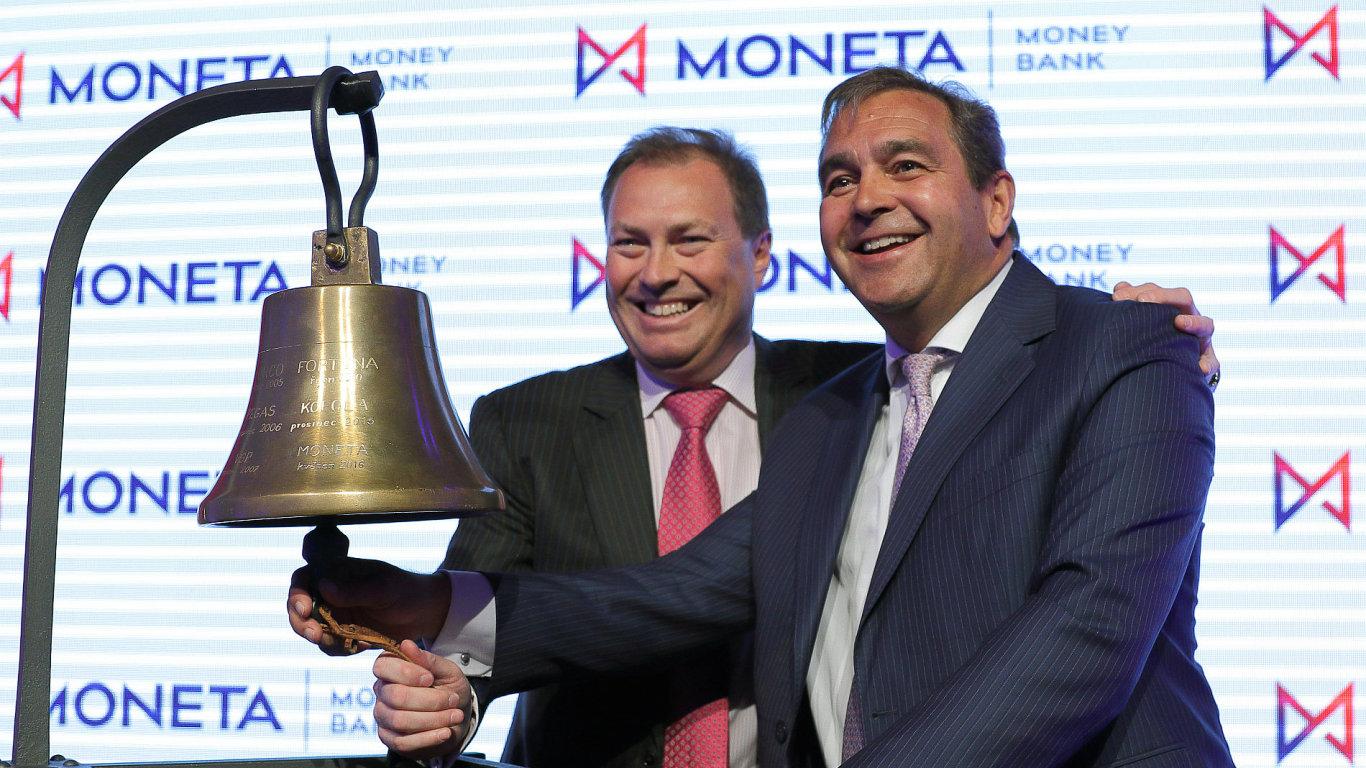 Šéf pražské burzy Petr Koblic (vlevo) a šéf Monety Tomáš Spurný uvádí na burzu akcie Moneta Money Bank.