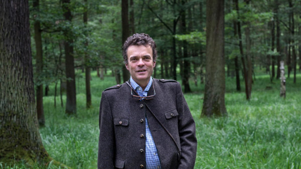 Po vrácení majetků v Dymokurech našel Tomáš Czernin nejsilnější vztah k lesům. Otec Theobald, který zemřel před dvěma lety, ho totiž ze začátku k ničemu jinému příliš nepouštěl.