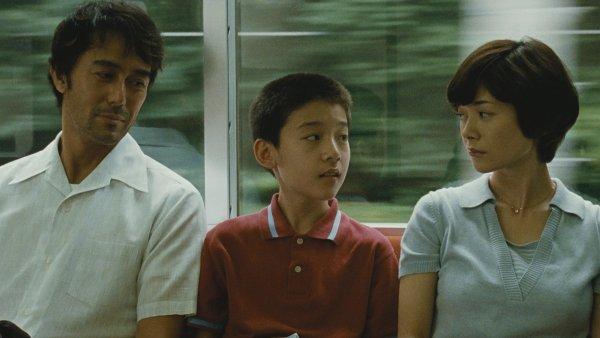Přesvědčivé výkony předních japonských herců jenom podtrhují přirozeně intimní atmosféru snímku.