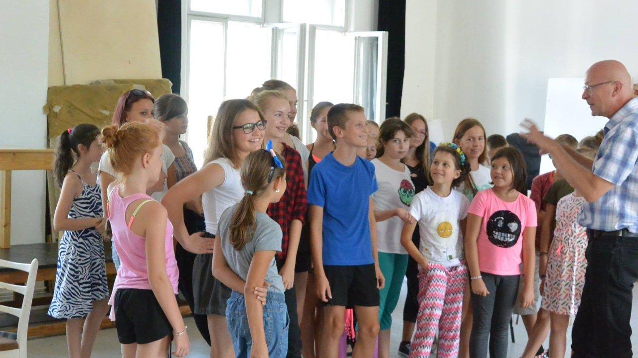Na snímku ze zkoušek opery Zob, zob, Zoban je režisér inscenace Václav Klemens s dětmi z Operního studia Národního divadla moravskoslezského.