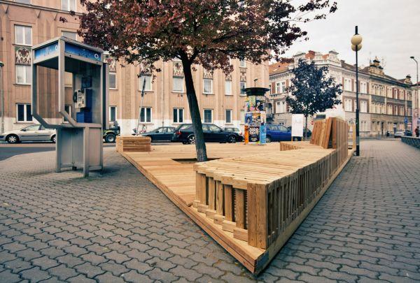 Pódium s posezením na plácku u Kollárovy ulice navrhli a vyrobili architekti ze společnosti Placemakers.cz.