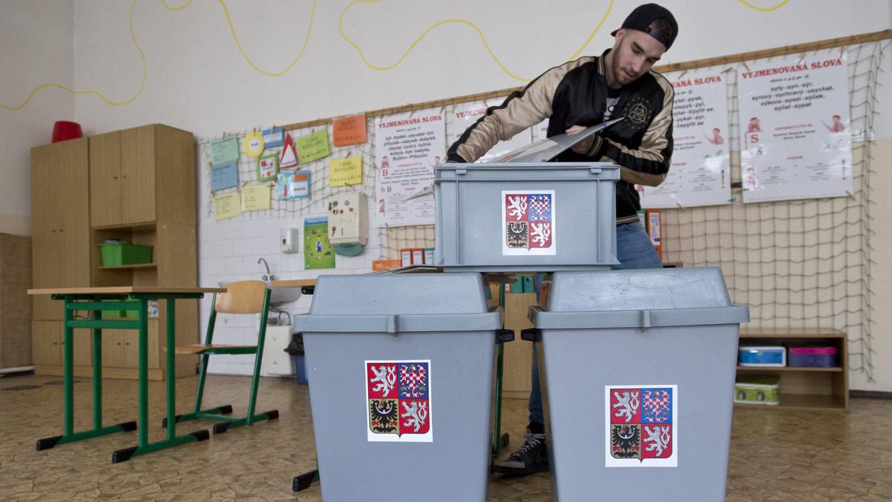 Volební urny, plenty i stoly pro členy volebních komisí byly dovezeny a rozmístěny do tříd, budoucích volebních místností, na snímku Základní škola u svatého Štěpána v Praze.