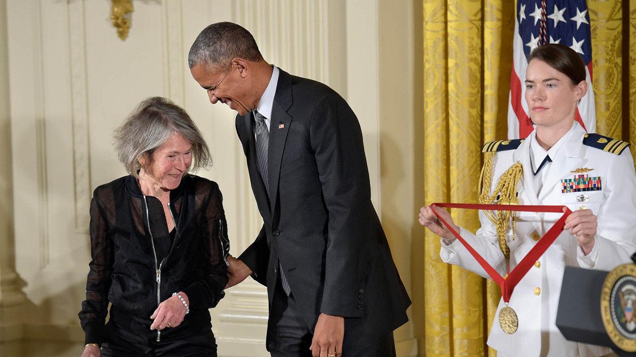 Louise Glücková (vlevo) obdržela národní medaili od bývalého amerického prezidenta Baracka Obamy.
