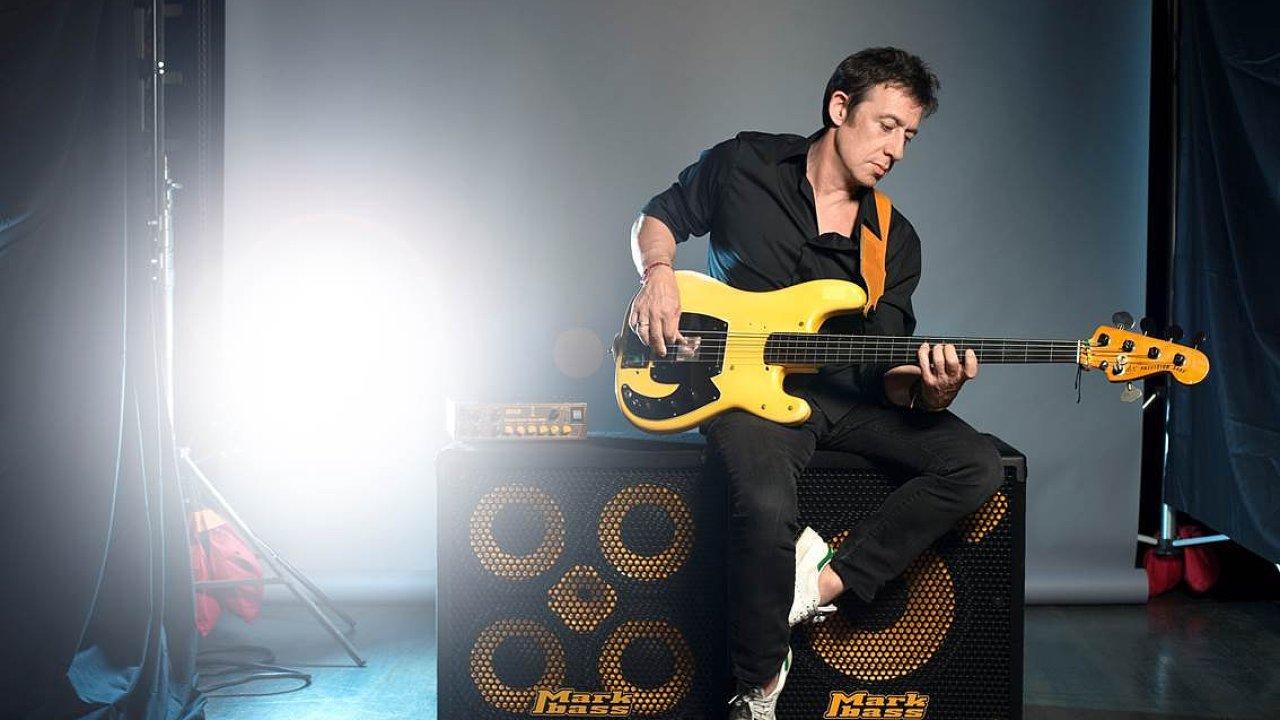 Pařížský rodák Eric Serra kromě skládání hudby hraje na kytaru a baskytaru.