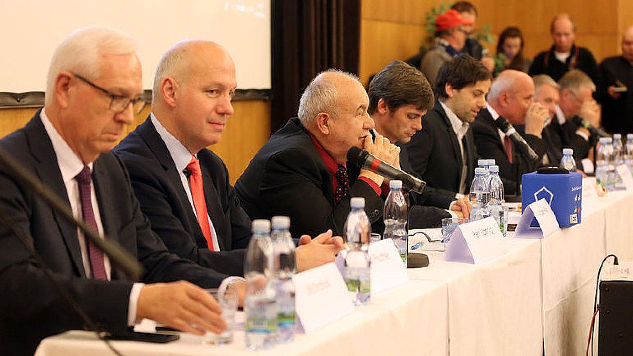 ŽIVĚ: Vyzyvatelé Miloše Zemana měsíc před volbou. Sledujte prezidentskou debatu v Brně