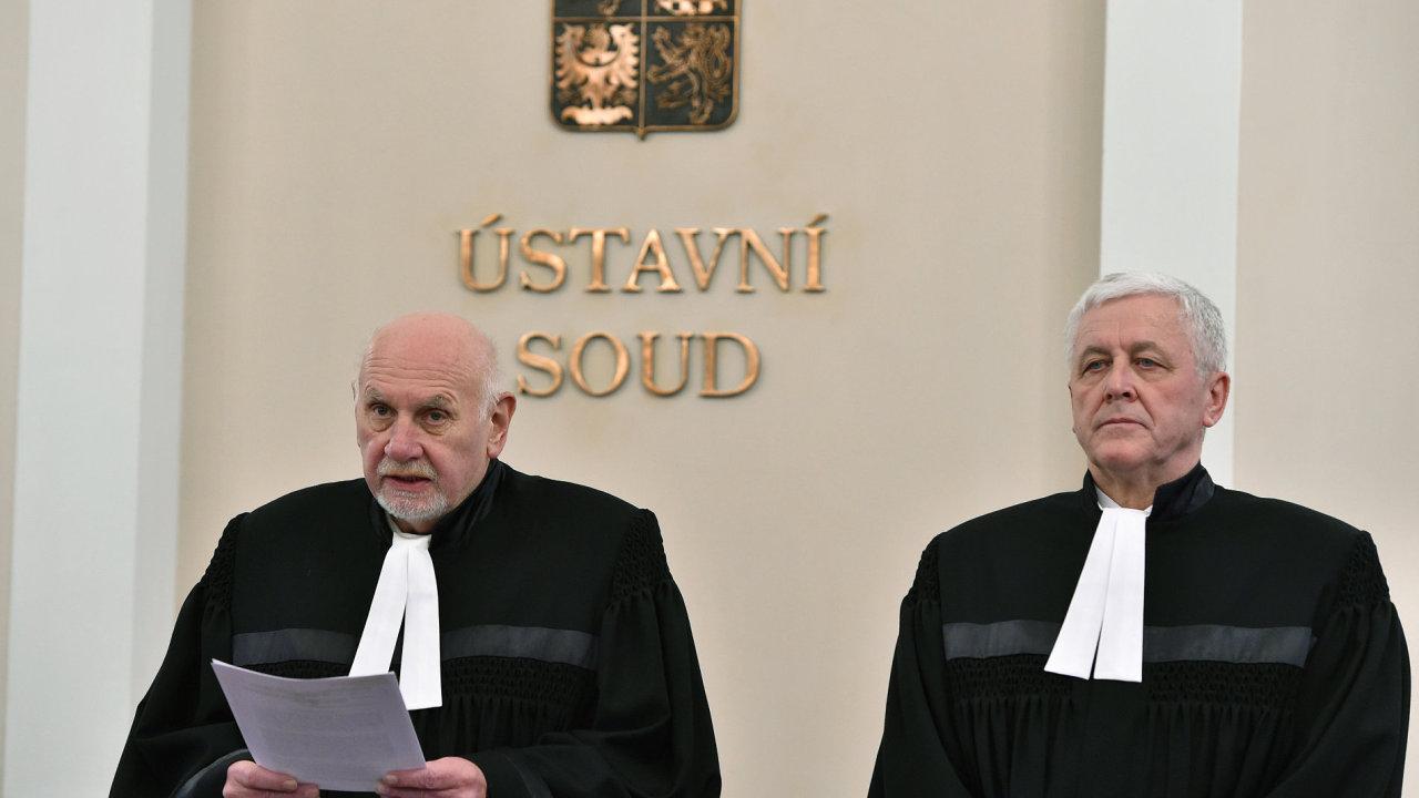Ústavní soud s odloženou platností škrtl několik paragrafů zákona o evidenci tržeb. Na snímku jsou předseda ÚS Pavel Rychetský a soudce Josef Fiala.