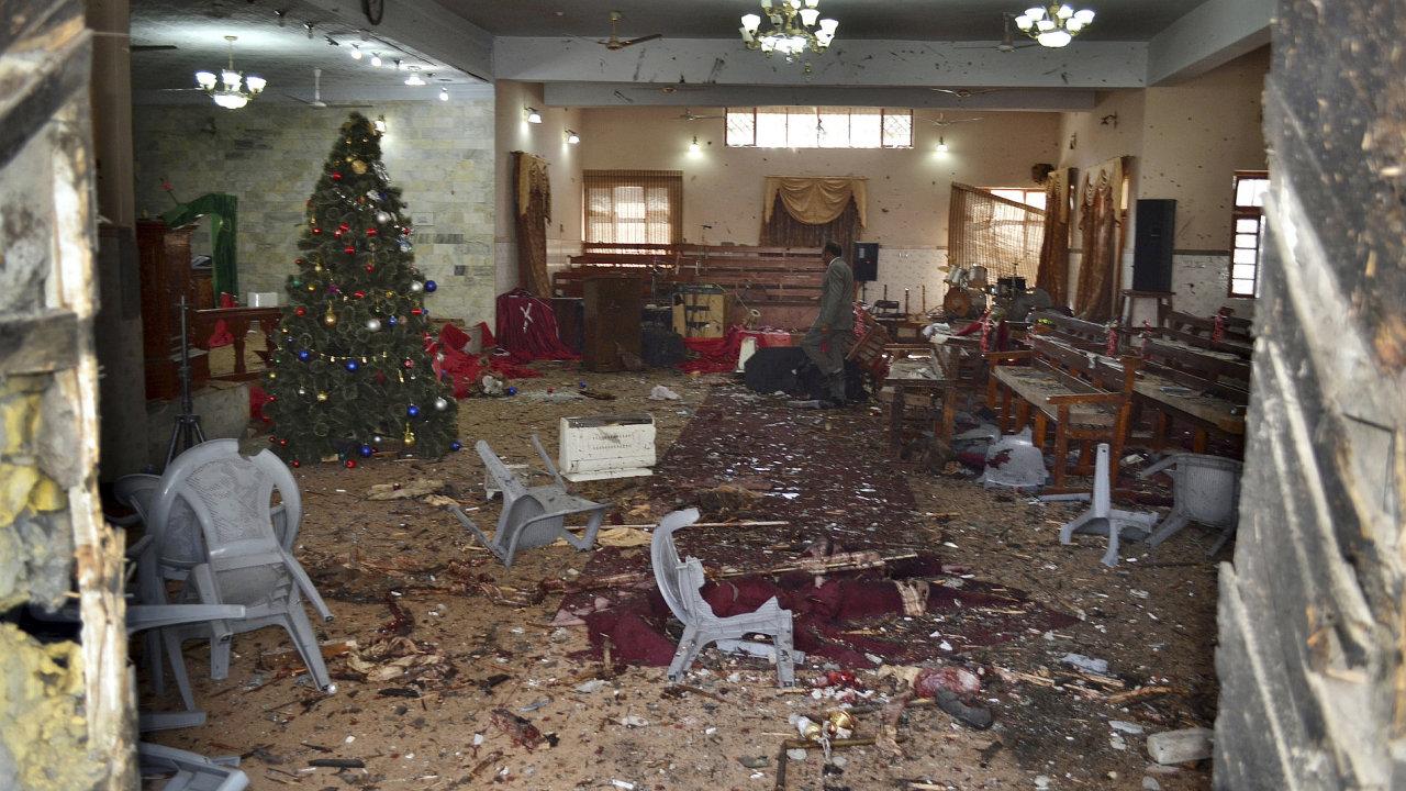 Vnitřek kostela v pákistánské Kvétě, na který zaútočili dva atentátníci.