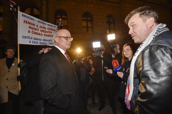 Prezidentští kandidáti Miloš Zeman a Jiří Drahoš seutkají 25. ledna v Praze v poslední televizní debatěpřed druhým kolem prezidentských voleb. Na snímkujsou příznivci stávajícího prezidenta před Ru