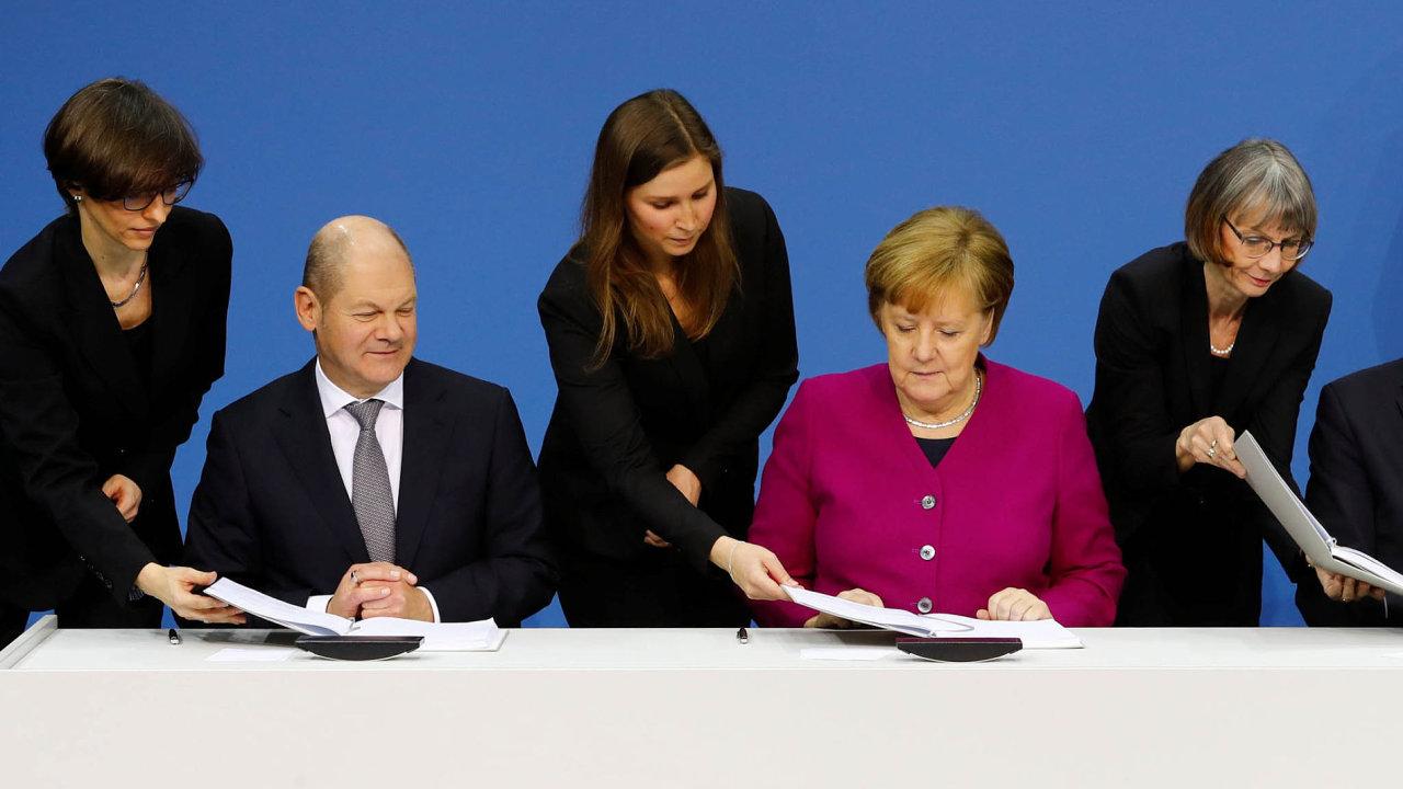 Podepsaná dohoda. Dočasný šéf SPD Olaf Scholz (vlevo), kancléřka, Angela Merkelová alídr CSU Horst Seehofer při slavnostním ceremoniálu 12.března.