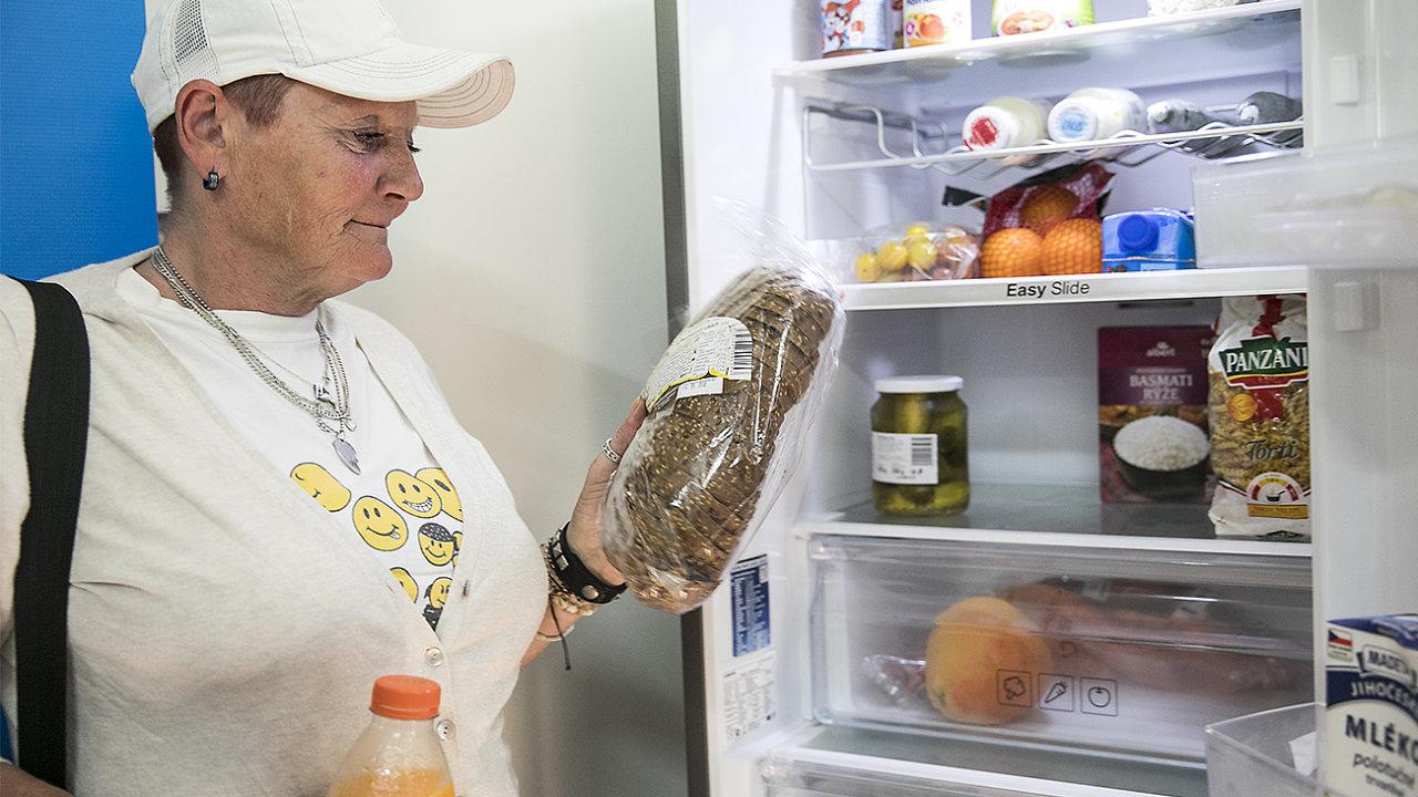 Klientka Komunitního centra Kotlaska Ivana Krásová u komunitní lednice.