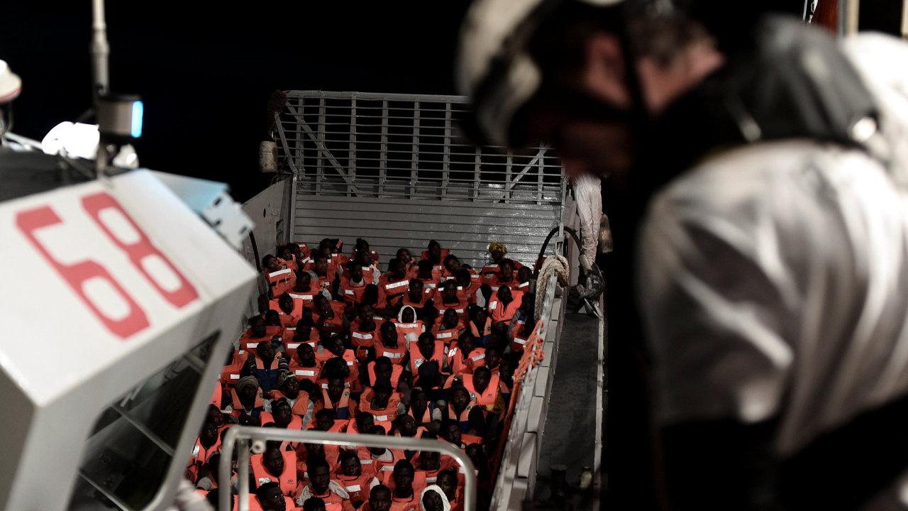 Migranti, které zachránila posádka lodi Aquarius.