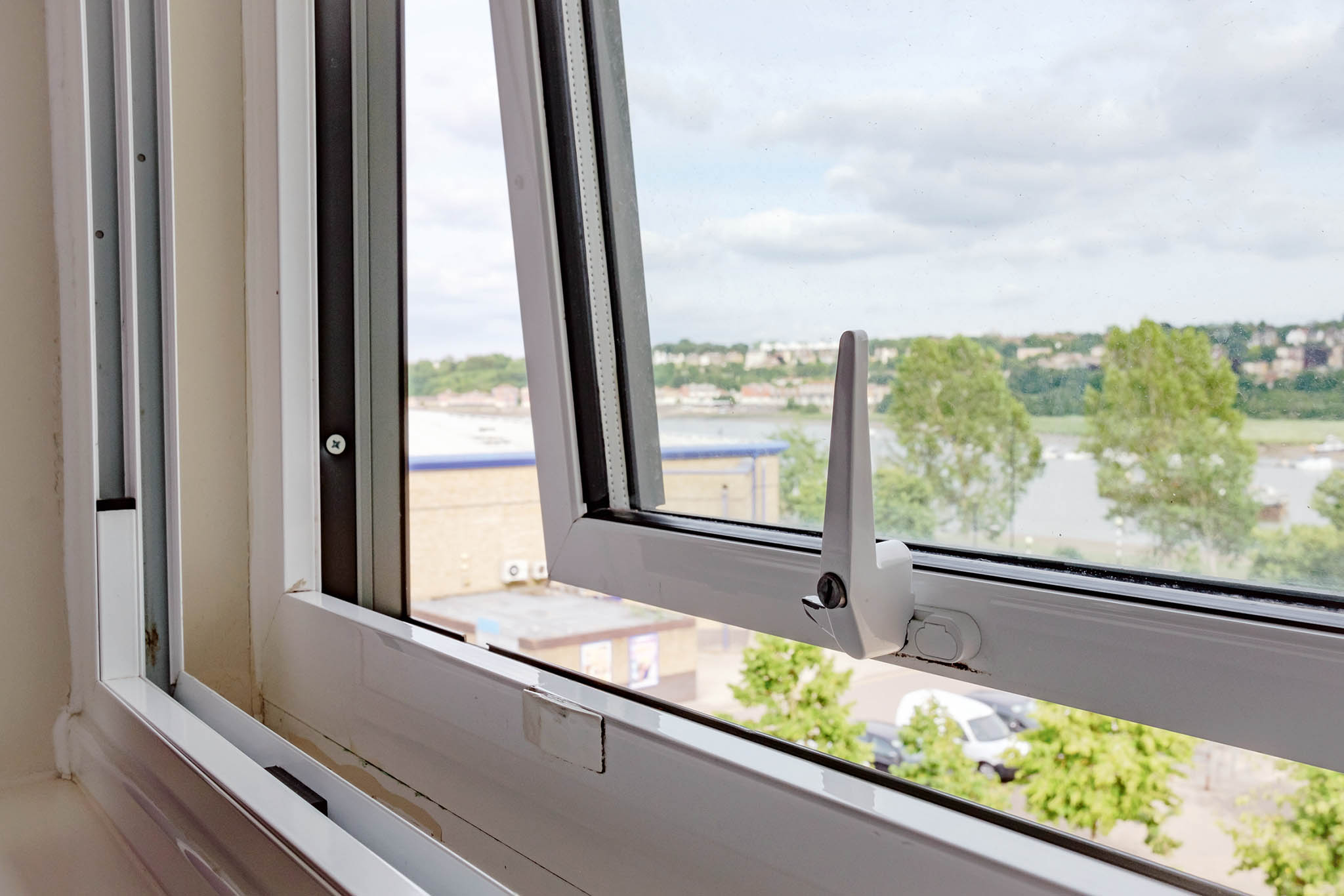 Nová těsná okna a dveře řeší problém s únikem tepla, ale znehodnocený vzduch nemá bohužel kudy odcházet a větráním okny přicházíme o hlavní výhodu zateplení - z domu se ztrácí teplo.
