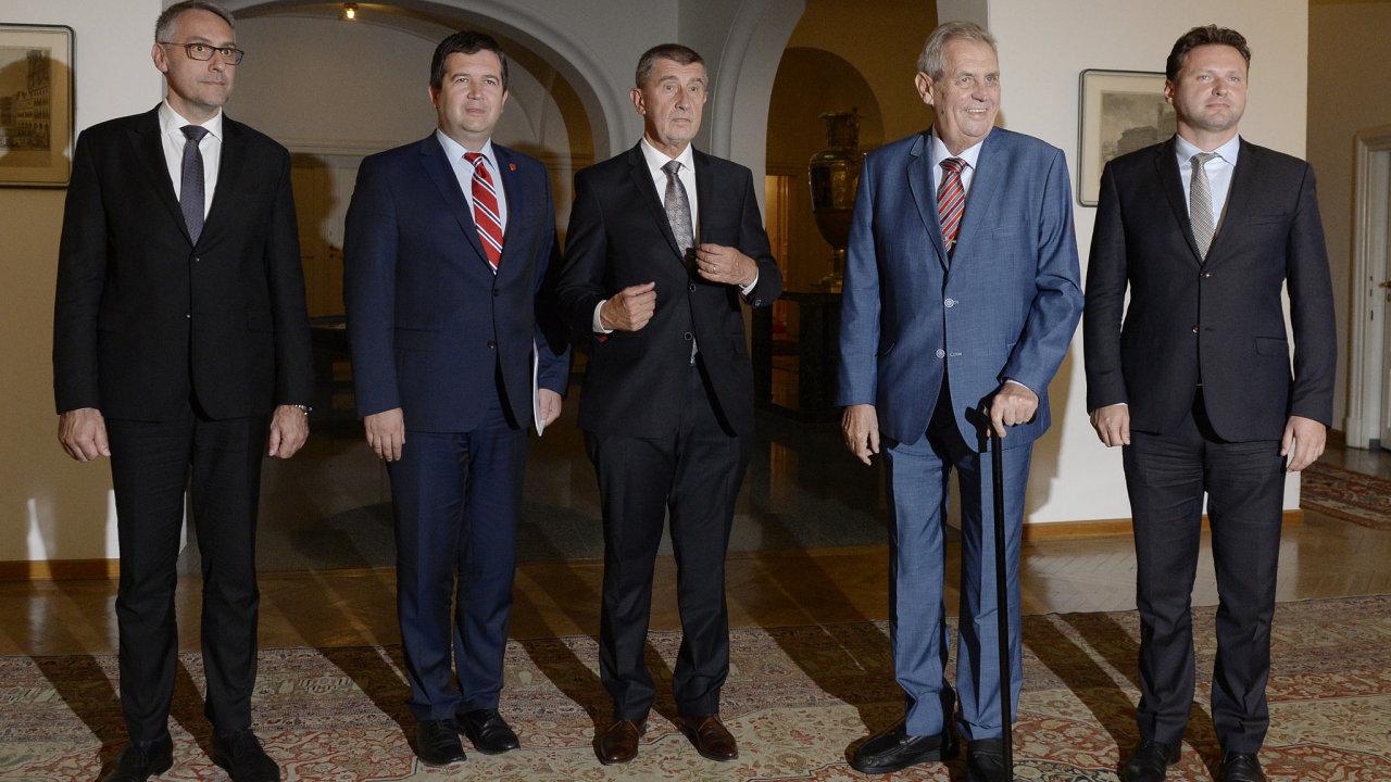 Na Pražském hradě se 12. září 2018 sešli kvůli koordinaci zahraniční politiky ústavní činitelé. Zleva ministr obrany Lubomír Metnar, ministr zahraničí a Jan Hamáček, premiér Andrej Babiš, prezident Mi