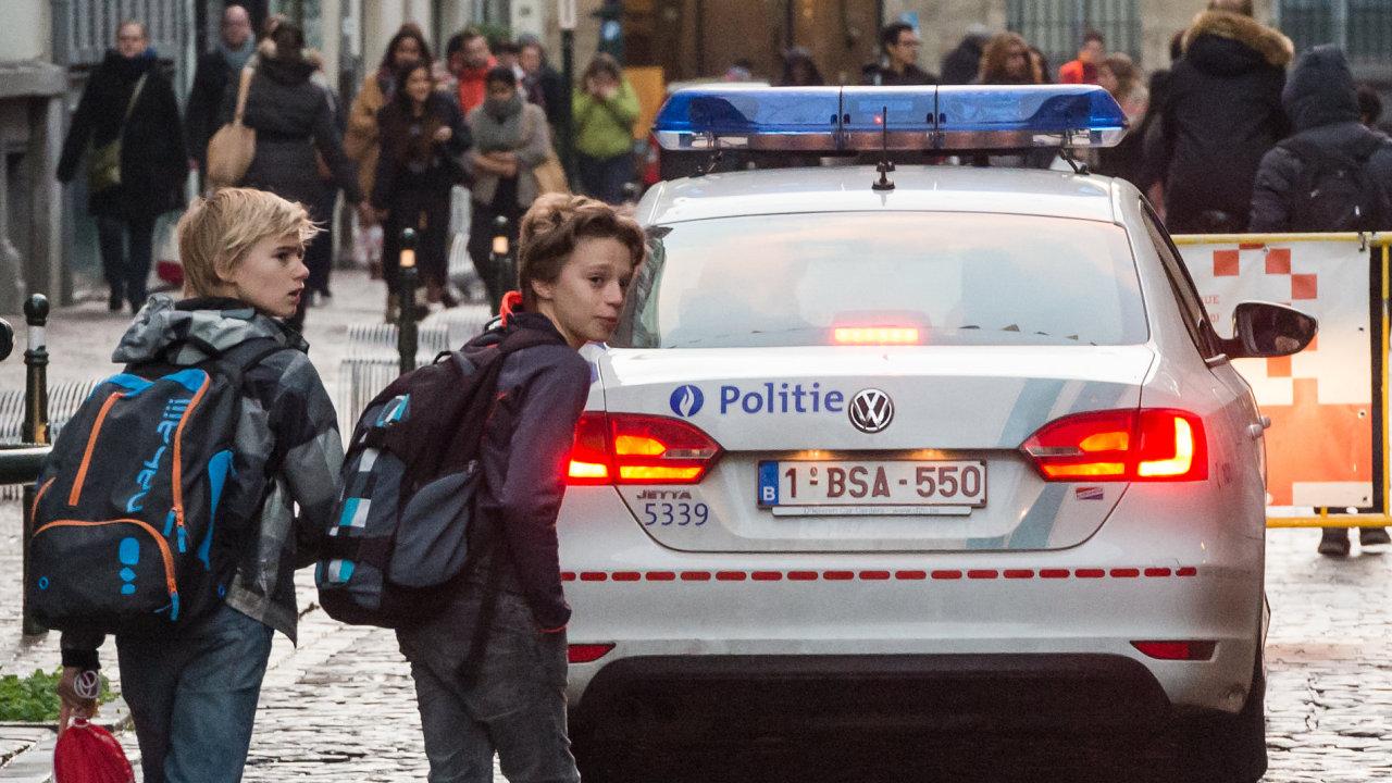 Policie v Bruselu hlídkuje před školami.