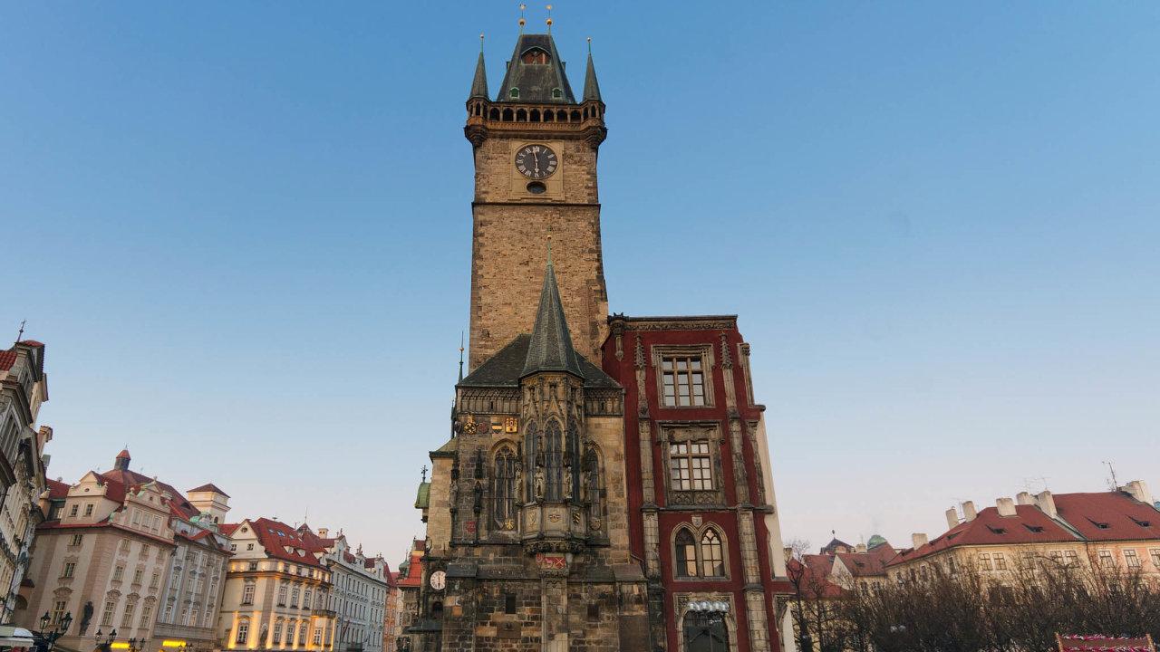 Ztrosky opět dominantou: Pražská Staroměstská radnice byla nakonci druhé světové války zničena. Částečně se ji podařilo obnovit zezachovalých původních kamenů.
