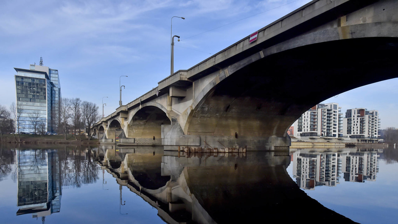 """Soustava mostů spojuje Holešovice a Libeň už bezmála 90 let. Na snímku jsou vidět ocelové lampy, které od 80. let """"zkrášlují"""" původní betonové osvětlení."""