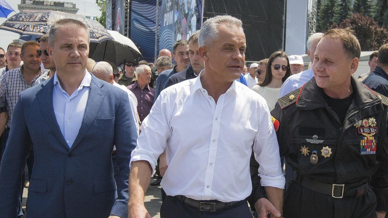 Vladimir Plahotniuc (uprostřed) je moldavský oligarcha, proti kterému se spojila opozice a její voliči, kteří proti němu protestují.