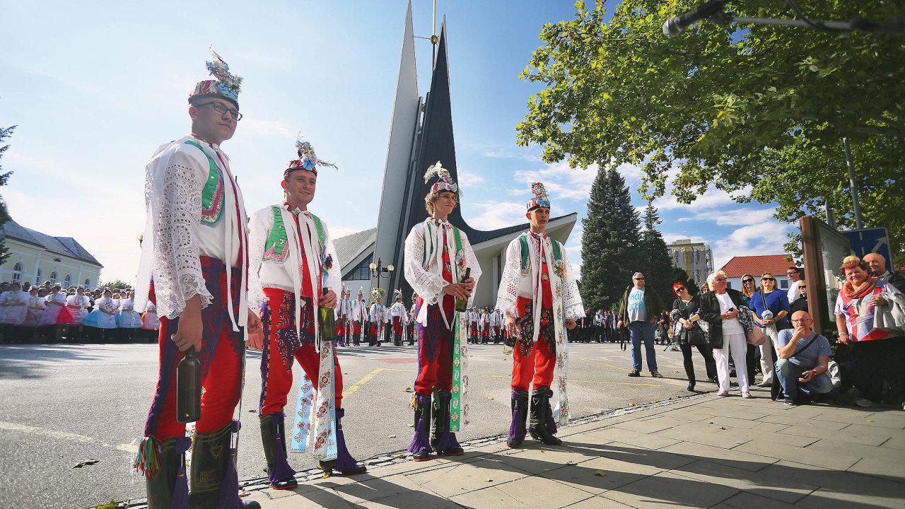Hlavní kulturní akcí veměstě jsou Svatováclavské slavnosti, které každoročně nabízejí folklor, jarmark, vinný košt ikoncerty různých žánrů.