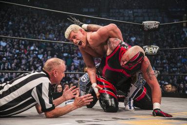 Jedenáct tisíc fanoušků vidělo nakvětnové show asociace AEW vLas Vegas zápas Codyho Rhodese (nahoře) sjeho starším bratrem Dustinem.