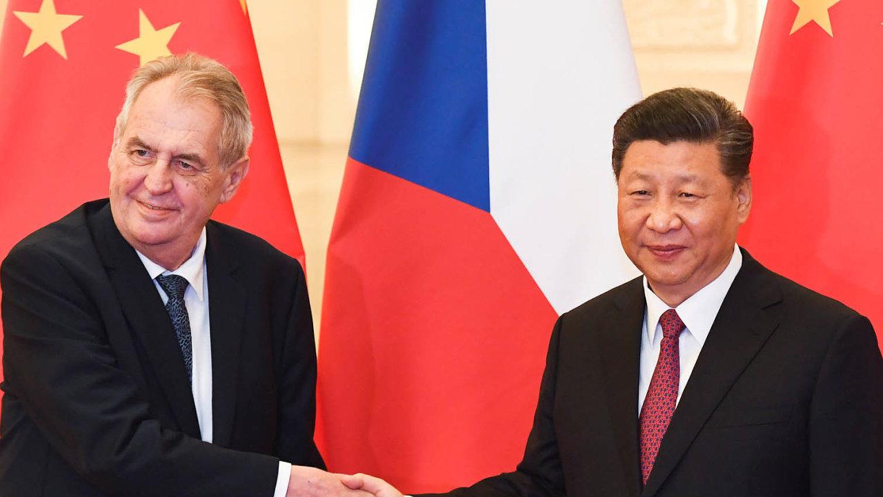 Miloš Zeman vyzývá čínského prezidenta Si-Ťin-pchinga kpokračování pragmatické spolupráce (oba prezidenti na snímku z dubnového setkání v Pekingu).
