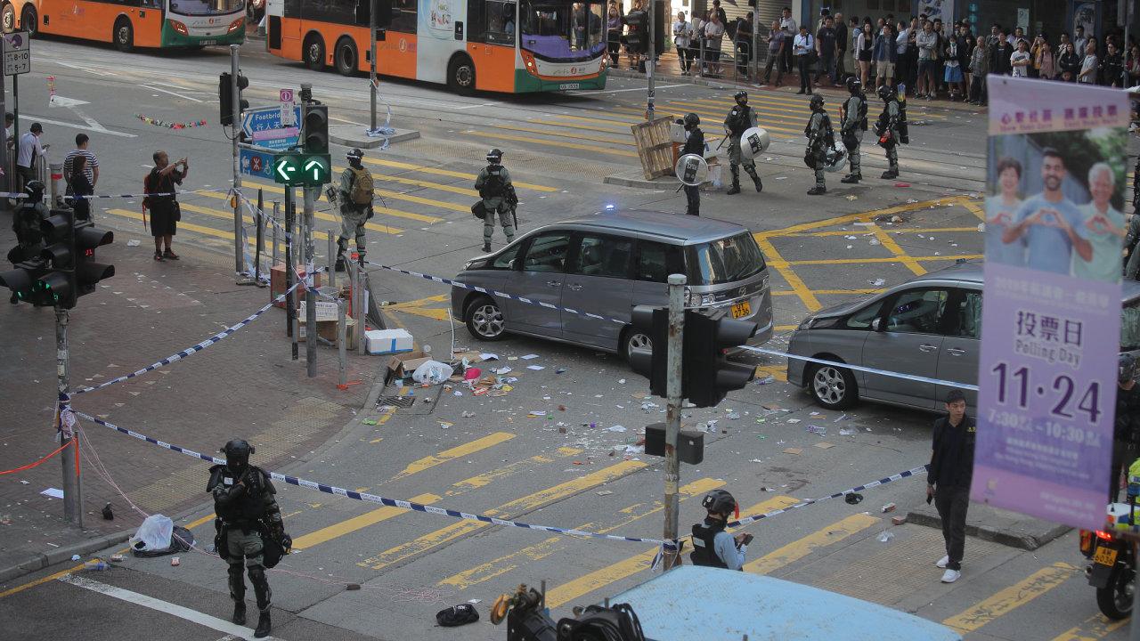 Policisté v Hongkongu postřelili demonstranta.
