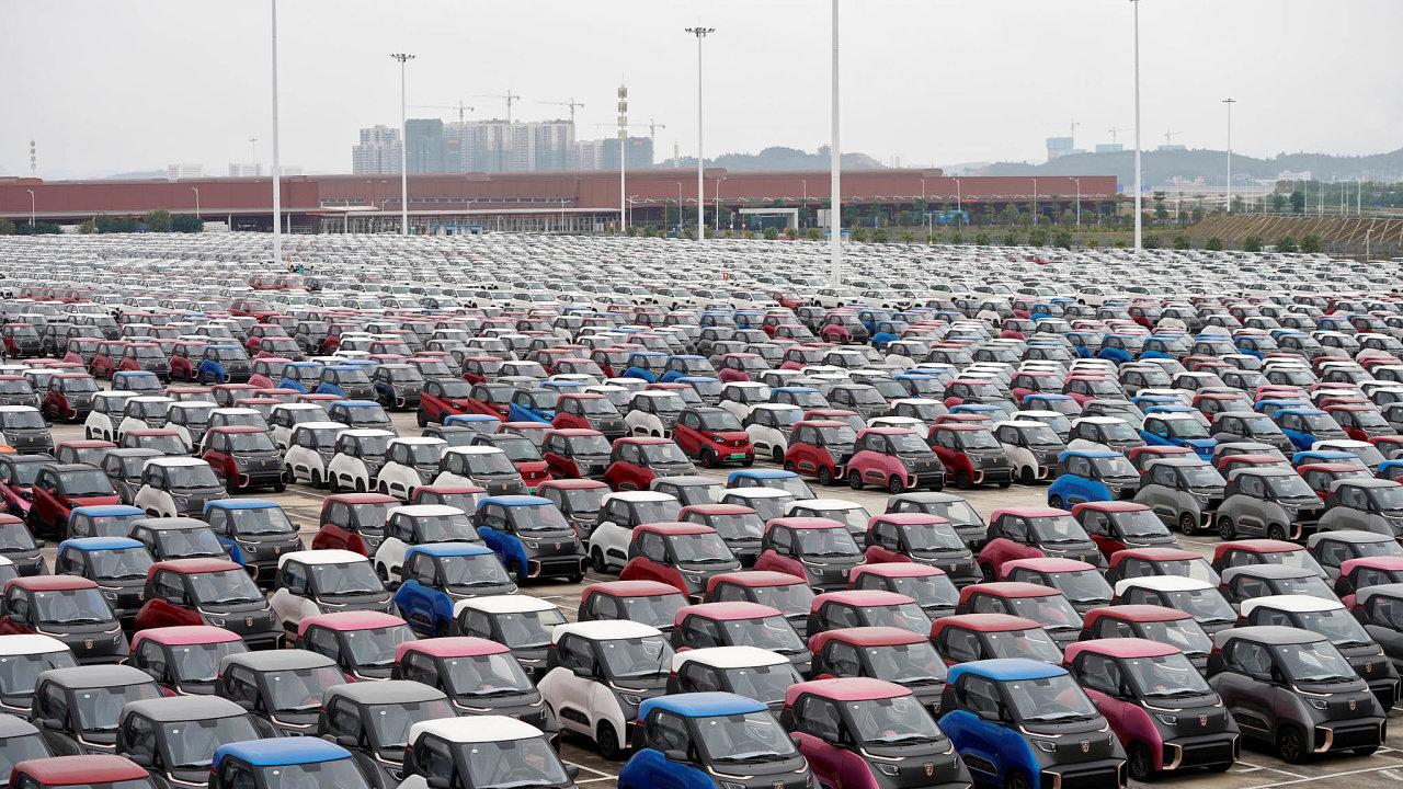 Čína se zaměřuje namenší astředně velká elektrická auta, jejichž předností je cena. Na snímku elektromobily Baojun E100 a E200 připravené k expedici.